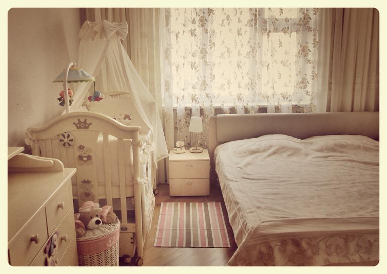 Спальня с детской кроваткой фото