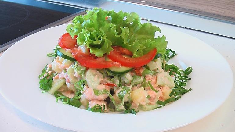Салат из красной рыбы с яйцом и помидором и