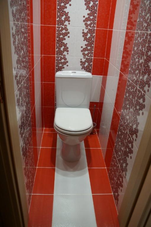 Дизайн туалета и ванны красно-белая