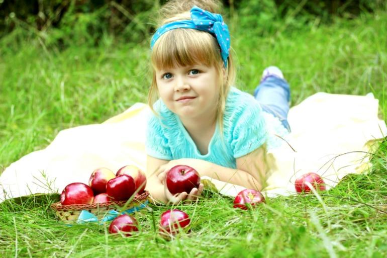 Аленка и яблоки
