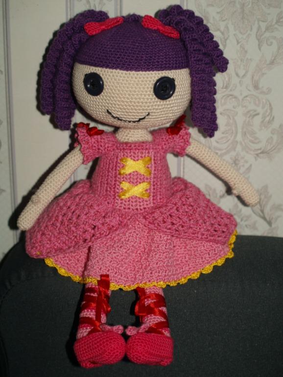 У куклы два наряда: платье и