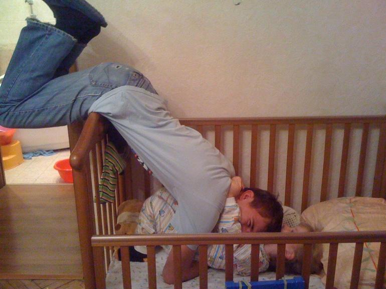Папа и дочи в кроватке
