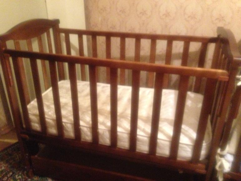 Детская  кроватка  с  продольным  маятником  и  ящиком,  3000  руб.