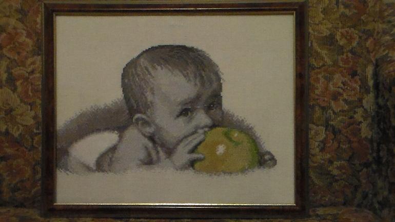 а вот и мой малыш с яблоком