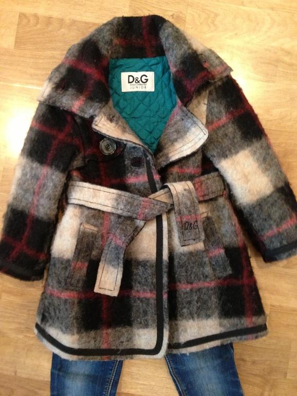 Стильное пальтишко D&G для девочки.
