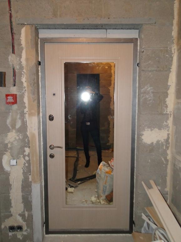 зеркало снаружи входной двери