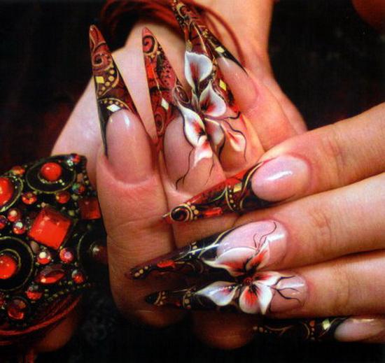 Дизайн ногтей с цветами и стразами