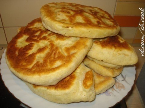 лепёшка с картошкой на сковороде