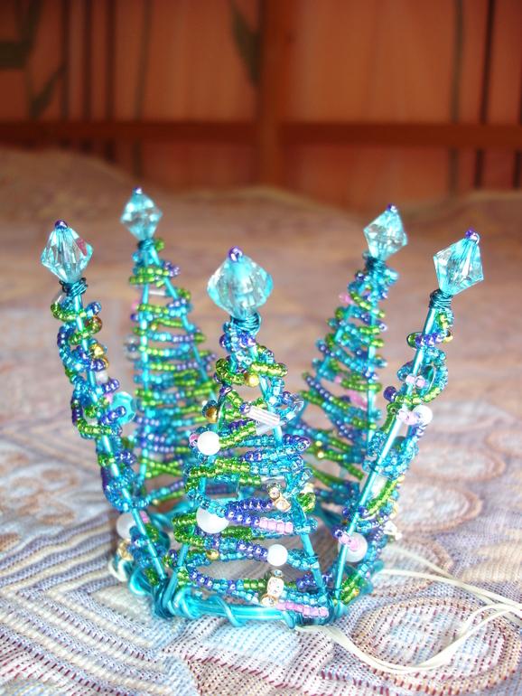 Вот и я смастерила для дочки волшебную корону из бисера, паеток и бусин.  23 июля 2013, 13:32 *бисер.